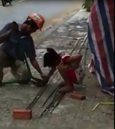 Cảm động hình ảnh bé gái lấm lem theo ba phụ việc công trường - Ảnh 1