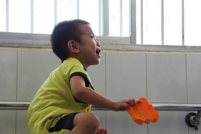 Bé trai 2 tuổi bị bỏ rơi ở cổng BV Từ Dũ: Để bé lại Sài Gòn ít hôm hi vọng gia đình đến đón - Ảnh 16