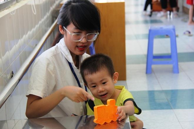 Bé trai 2 tuổi bị bỏ rơi ở cổng BV Từ Dũ: Để bé lại Sài Gòn ít hôm hi vọng gia đình đến đón - Ảnh 20