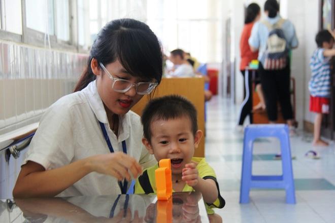 Bé trai 2 tuổi bị bỏ rơi ở cổng BV Từ Dũ: Để bé lại Sài Gòn ít hôm hi vọng gia đình đến đón - Ảnh 21