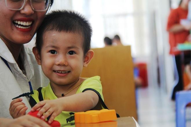 Bé trai 2 tuổi bị bỏ rơi ở cổng BV Từ Dũ: Để bé lại Sài Gòn ít hôm hi vọng gia đình đến đón - Ảnh 24