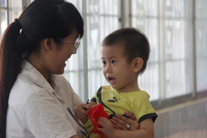 Bé trai 2 tuổi bị bỏ rơi ở cổng BV Từ Dũ: Để bé lại Sài Gòn ít hôm hi vọng gia đình đến đón - Ảnh 8