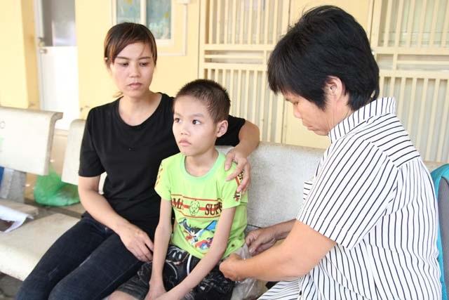 Xót xa bé 10 tuổi ăn mãi chẳng no vì bị cắt hết đại tràng, lúc nào cũng lủng lẳng 'túi tiêu hóa' trên người - Ảnh 1