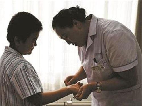 Thấy gia đình lâm vào đường cùng, bé trai bôi mực vào tay nhằm giấu bệnh để cha mẹ đừng lo lắng - Ảnh 1