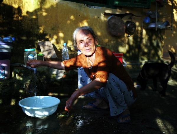 Nhói lòng cảnh 10 cụ già mắc bệnh 'xã hội xa lánh', sống chờ chết nơi rừng thiêng nước độc - Ảnh 11