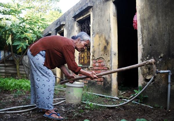 Nhói lòng cảnh 10 cụ già mắc bệnh 'xã hội xa lánh', sống chờ chết nơi rừng thiêng nước độc - Ảnh 12