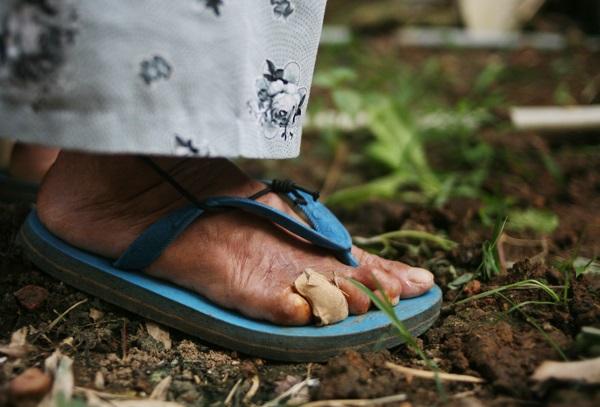 Nhói lòng cảnh 10 cụ già mắc bệnh 'xã hội xa lánh', sống chờ chết nơi rừng thiêng nước độc - Ảnh 13