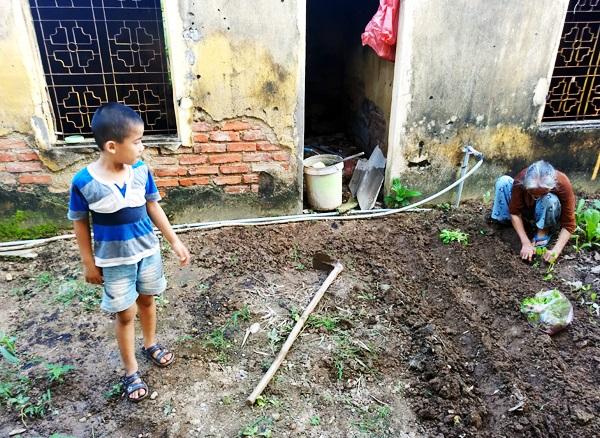 Nhói lòng cảnh 10 cụ già mắc bệnh 'xã hội xa lánh', sống chờ chết nơi rừng thiêng nước độc - Ảnh 16