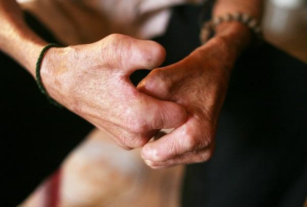 Nhói lòng cảnh 10 cụ già mắc bệnh 'xã hội xa lánh', sống chờ chết nơi rừng thiêng nước độc - Ảnh 4