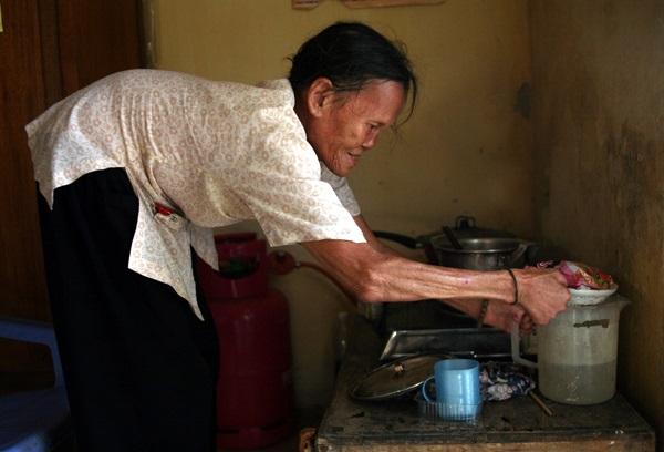 Nhói lòng cảnh 10 cụ già mắc bệnh 'xã hội xa lánh', sống chờ chết nơi rừng thiêng nước độc - Ảnh 6