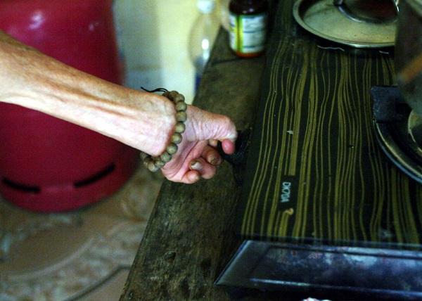 Nhói lòng cảnh 10 cụ già mắc bệnh 'xã hội xa lánh', sống chờ chết nơi rừng thiêng nước độc - Ảnh 7
