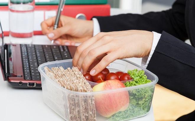 Bệnh tật đầy người vì thói quen ăn trưa mà 90% người làm văn phòng đều mắc phải - Ảnh 1