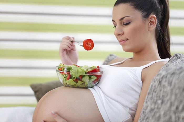 Mẹ bầu cần thay đổi chế độ ăn uống cho phù hợp để hạn chế bị bệnh trĩ.
