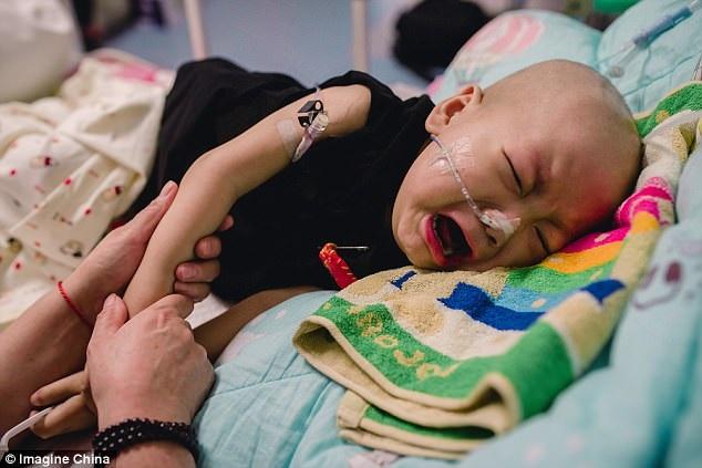 Bị mẹ vứt bỏ vì mắc bệnh ung thư khi mới 2 tuổi: Trong cơn đau đớn, đứa trẻ đáng thương vẫn không ngừng gọi mẹ - Ảnh 1