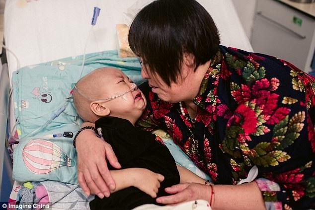 Bị mẹ vứt bỏ vì mắc bệnh ung thư khi mới 2 tuổi: Trong cơn đau đớn, đứa trẻ đáng thương vẫn không ngừng gọi mẹ - Ảnh 2