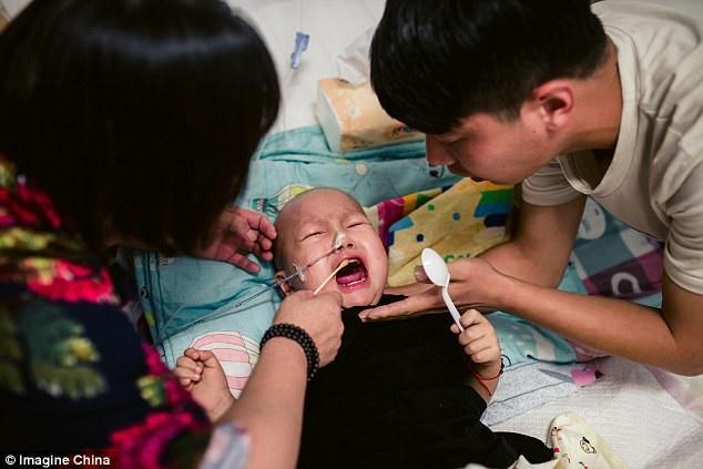 Bị mẹ vứt bỏ vì mắc bệnh ung thư khi mới 2 tuổi: Trong cơn đau đớn, đứa trẻ đáng thương vẫn không ngừng gọi mẹ - Ảnh 3