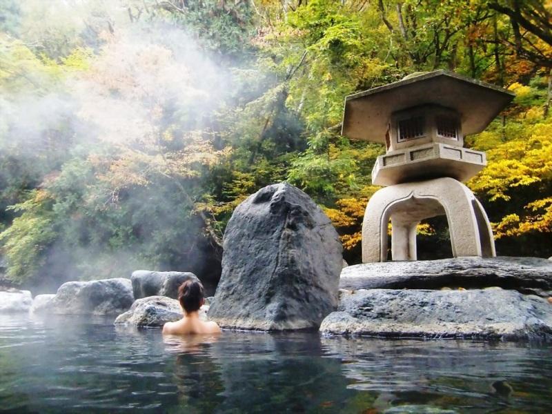 Tắm suối nước nóng là bí quyết làm đẹp tự nhiên phổ biến của phụ nữ Nhật Bản