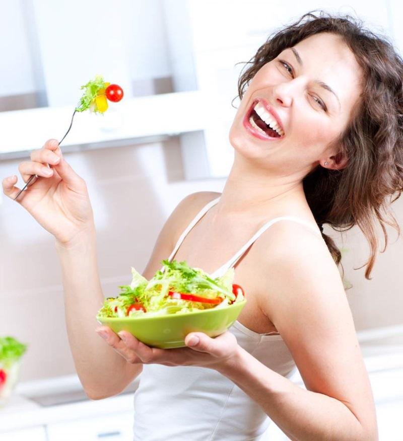 Ăn nhiều rau xanh và hoa quả là bí quyết làm đẹp sau sinh cho một làn da mịn màng trắng sáng