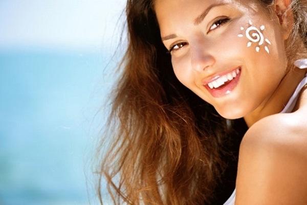 Một trong những cách làm đẹp sau sinh mổ là bôi kem chống nắng hàng ngày