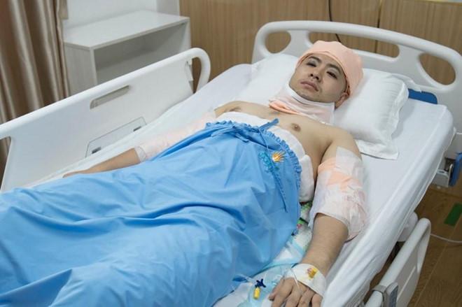 Akira Phan đăng ảnh khoe body đầy vết dao kéo hậu phẫu thuật thẩm mỹ - Ảnh 2