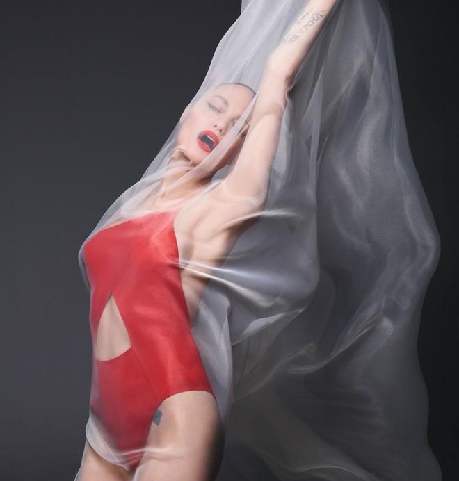Angelina Jolie chụp ảnh khỏa thân - Ảnh 2