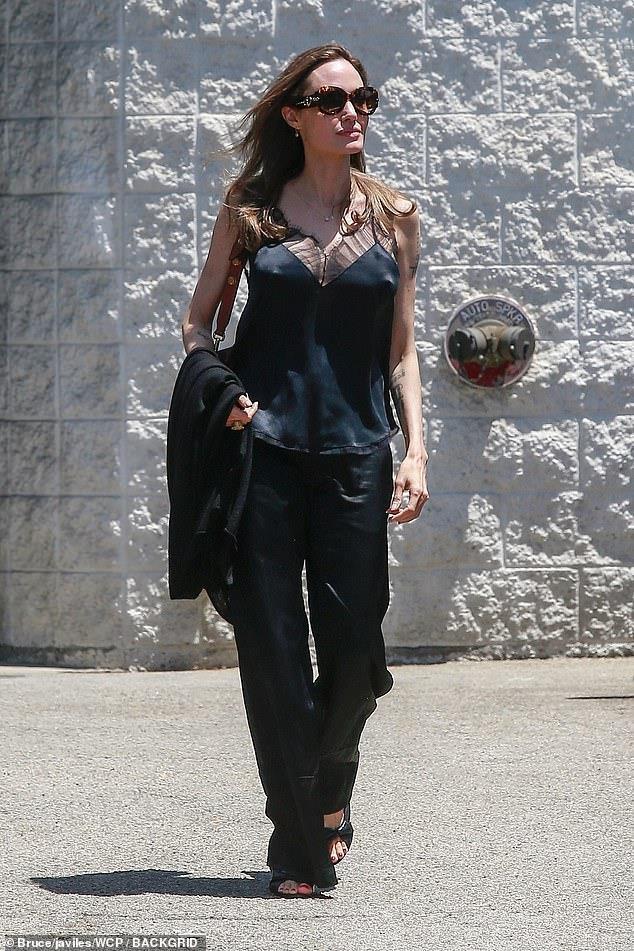 Angelina Jolie 'thả rông' vòng một xuống phố - Ảnh 1