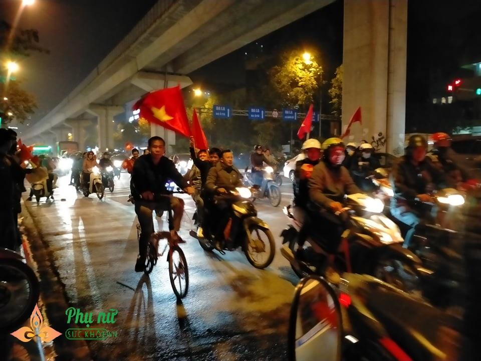 Bất chấp Hà Nội lạnh 13 độ, nhiều em nhỏ theo cha mẹ ra đường 'đi bão' mừng Việt Nam vô địch SEA Games - Ảnh 10