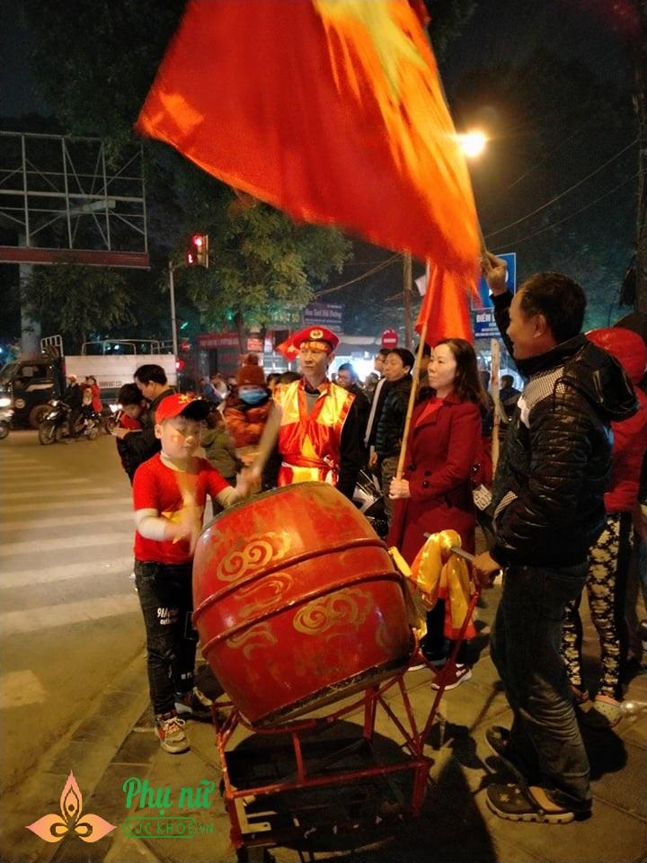 Bất chấp Hà Nội lạnh 13 độ, nhiều em nhỏ theo cha mẹ ra đường 'đi bão' mừng Việt Nam vô địch SEA Games - Ảnh 12