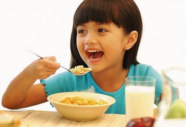 4 thói quen sai lầm khi cho bé ăn sáng khiến con chậm lớn, dễ rối loạn tiêu hóa - Ảnh 1