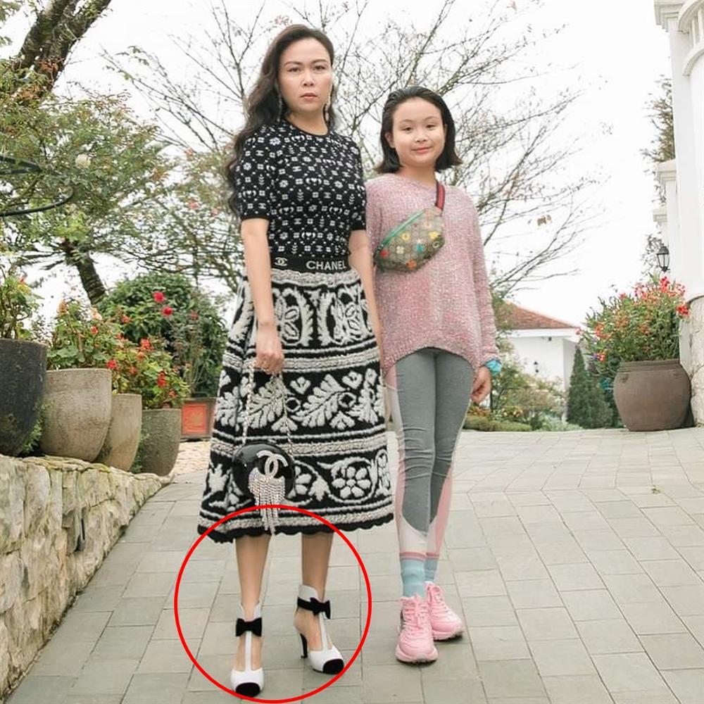 Phượng Chanel bị bóc mẽ photoshop da trắng toát, đầu gối biến mất - Ảnh 5