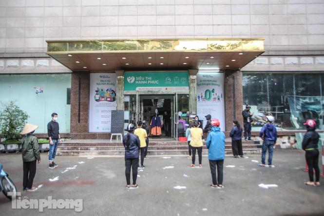 Sau 'ATM gạo', Hà Nội có thêm 'siêu thị 0 đồng' dành cho người nghèo chống COVID-19 - Ảnh 1