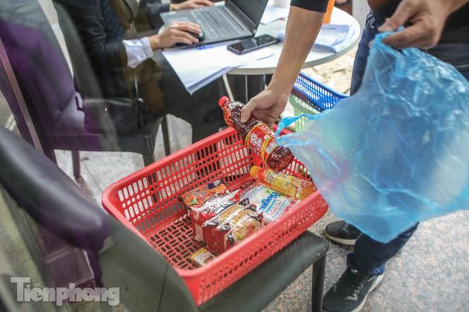 Sau 'ATM gạo', Hà Nội có thêm 'siêu thị 0 đồng' dành cho người nghèo chống COVID-19 - Ảnh 10