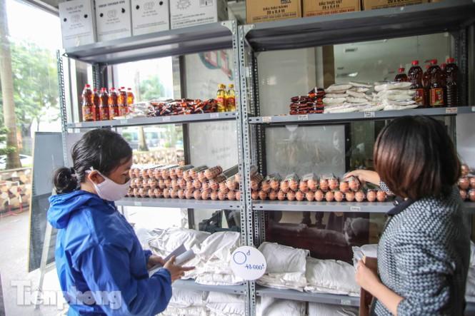 Sau 'ATM gạo', Hà Nội có thêm 'siêu thị 0 đồng' dành cho người nghèo chống COVID-19 - Ảnh 8