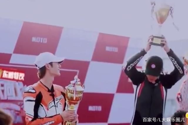'Thiên thiên hướng thượng': Vương Nhất Bác tiết lộ 'bạn gái' khi giành được giải Á quân trong cuộc đua - Ảnh 12