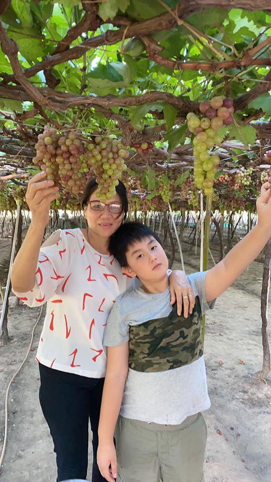 Lê Phương dẫn con riêng về thăm nhà chồng, dân tình chú ý cách bà nội đối xử với cháu - Ảnh 2
