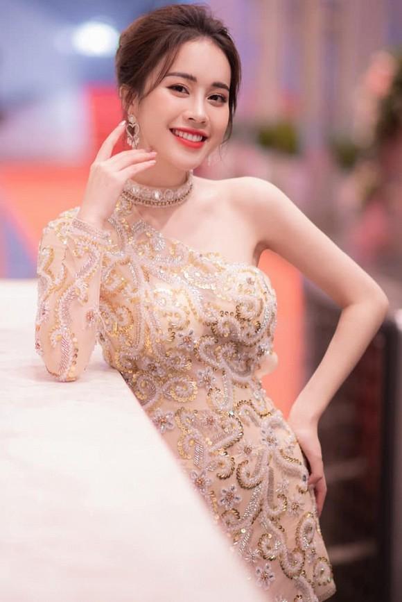 Xuất hiện mỹ nhân 'bản sao hoàn hảo nhất' của Hoa khôi Nam Em: Xinh đẹp, khí chất, body sexy hơn cả... bản chính - Ảnh 7
