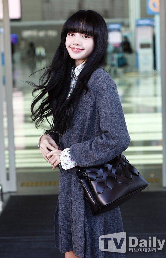 Lisa (BLACKPINK) ghi điểm tuyệt đối với gương mặt xinh như búp bê và mái tóc đen dài - Ảnh 1