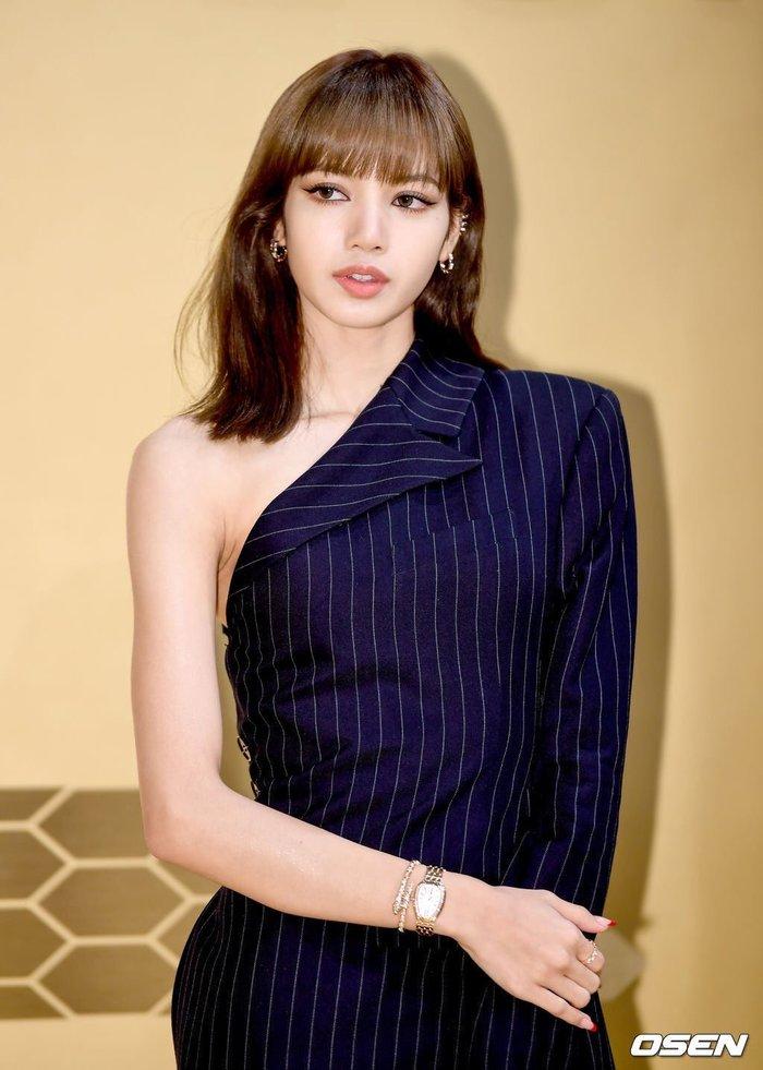 Lisa (BLACKPINK) ghi điểm tuyệt đối với gương mặt xinh như búp bê và mái tóc đen dài - Ảnh 6