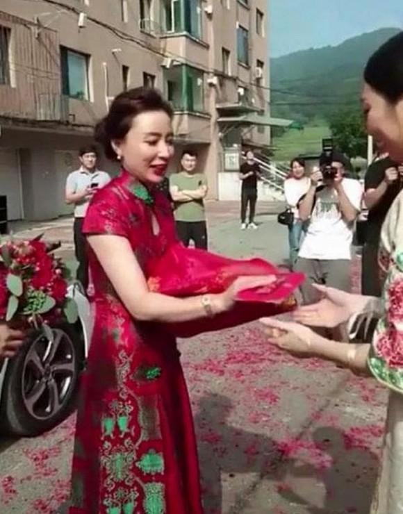 Mẹ chồng xinh đẹp đang gây sốt mạng xã hội khi chiếm cả spotlight của con dâu trong đám cưới - Ảnh 1