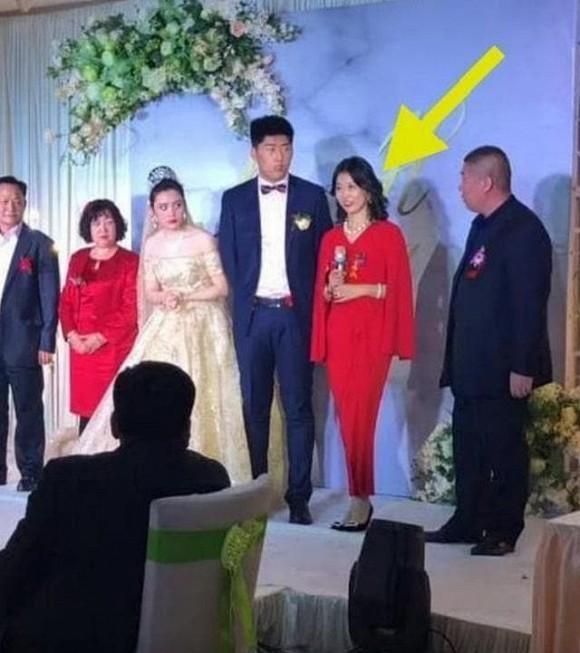 Mẹ chồng xinh đẹp đang gây sốt mạng xã hội khi chiếm cả spotlight của con dâu trong đám cưới - Ảnh 3