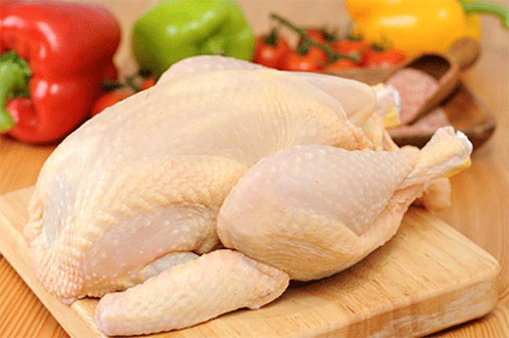 Thả một nắm lá vào nước sôi để làm gà, đảm bảo sạch cả lông măng, thịt thơm ngon hơn hẳn - Ảnh 1