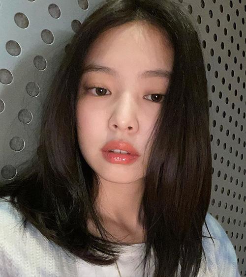 Công thức trang điểm mùa hè siêu 'nhẹ mặt' của Jennie - Ảnh 2