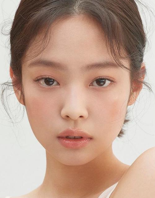 Công thức trang điểm mùa hè siêu 'nhẹ mặt' của Jennie - Ảnh 5