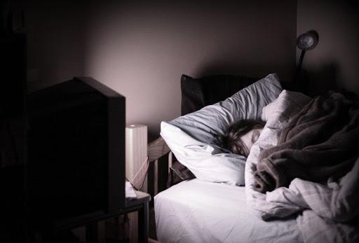 Những thói quen trước khi ngủ khiến sức khỏe của bạn tụt dốc thảm hại - Ảnh 2