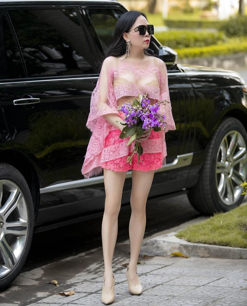 Vừa tuyên bố 'phụ nữ có thể ăn mặc lố lăng', Phượng Chanel diện áo voan xuyên thấu lộ nội y ra đường - Ảnh 1