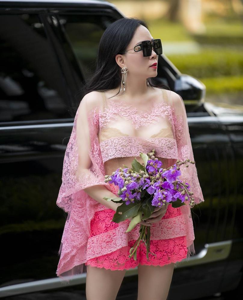 Vừa tuyên bố 'phụ nữ có thể ăn mặc lố lăng', Phượng Chanel diện áo voan xuyên thấu lộ nội y ra đường - Ảnh 2