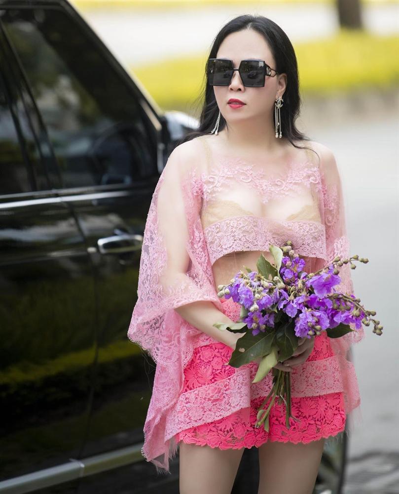 Vừa tuyên bố 'phụ nữ có thể ăn mặc lố lăng', Phượng Chanel diện áo voan xuyên thấu lộ nội y ra đường - Ảnh 3