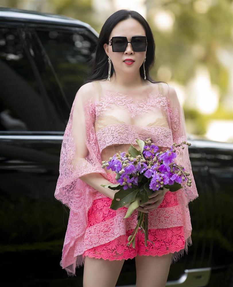 Vừa tuyên bố 'phụ nữ có thể ăn mặc lố lăng', Phượng Chanel diện áo voan xuyên thấu lộ nội y ra đường - Ảnh 7