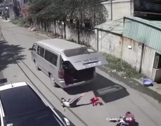 Rùng mình 'tử thần' rình rập trẻ ở học đường: Rơi khỏi xe đưa đón, tử vong vì kẹt đầu khi chơi cầu trượt - Ảnh 2