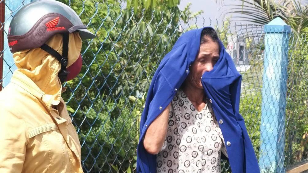 Nước mắt đám tang người nhảy lầu tự tử trong sân tòa Bình Phước - Ảnh 2